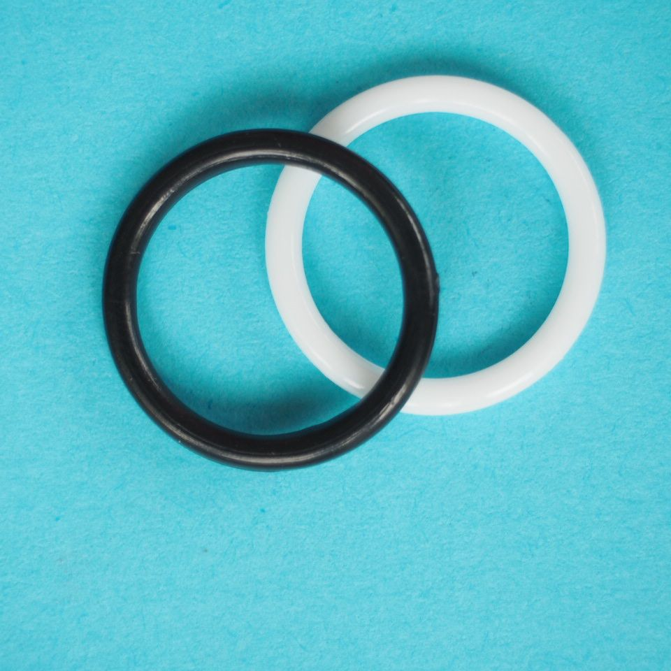 kroužek plastový vel. 14 mm bílý, černý